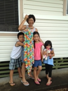 Brother Iori, Mom Tomomi, Urumi, and litle sis Rioru wit 1,000 cranes made by Chiyo Niimi